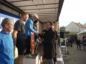 Yannick Rebré félicite le vainqueur de la catégorie vétéran 2