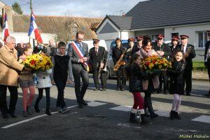 Les enfants ont déposé les gerbes de fleurs au Monument.
