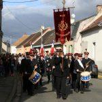 Le défilé est emmené par l'harmonie municipale