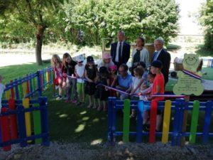 Les enfants ont coupé avec le maire le ruban tricolore