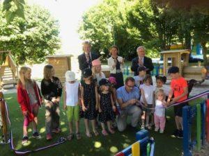 Chaque enfant est reparti avec un morceau du ruban tricolore